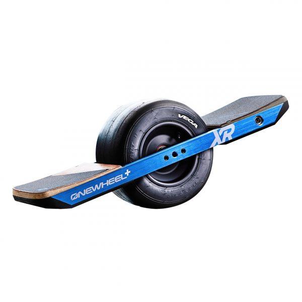Onewheel XR Triff deine lebensverändernde Schwimmermaschine: Onewheel+ XR.  Wir denken, es ist die fantastischste und lustigste Fahrt auf dem Planeten. Damit kannst du die ganze Saison snowboarden, auf jeder Straße. Hacke deine Pendelstrecke und schwebe zur Arbeit, oder beherrsche am Wochenende jedes Gelände und versuche, dir das Grinsen aus dem Gesicht zu wischen! Lerne das Manövrieren in 5 Minuten, so einfach ist das.  Das Onewheel XR wird mit einem EU-Ladegerät, dem Onewheel selbst, einem Haufen Aufkleber und einer kleinen Überraschung von Fatdaddy geliefert.  Höchstgeschwindigkeit: 30 km/u Reichweite: bis zu 29 km Höhepunkte: Spaßfaktor, All Terrain, Robust.