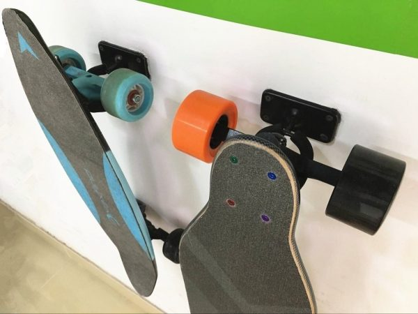 Skateboard wall mount Hang your (electric) skateboard with style with our Skateboard Wallmount. The box includes a wallmount, plugs and screws. You only need a screwdriver to hang your electric skateboards.