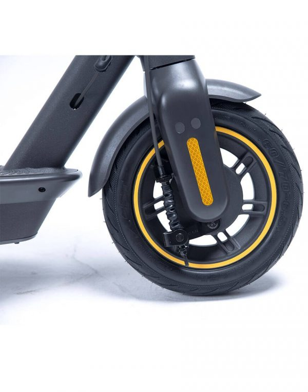 Segway Ninebot KickScooter MAX G30 The Segway Ninebot KickScooter MAX G30 is another variant of the Segway ES1, ES2 and ES4. This variant of the KickScooter from Segway has pneumatic tires for a smoother driving experience. The electric scooter can run at 25 km / h and up to 65 km! Charging is possible almost anywhere because the plug and charger are built into the scooter.