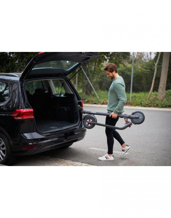 Segway Ninebot E22E - 2020 edition Einführung des Segway Ninebot E22E, der nächsten Generation von Elektrorollern von Segway für den europäischen Markt. Brandneue Funktionen wie komfortable 9-Zoll-Dual-Density-Reifen (Pannenschutz), zwei unabhängige Bremsen für mehr Sicherheit und eingebaute Front-, Heck- und Bremslichter für bessere Sichtbarkeit.  Falten Sie die Hände frei schnell und kompakt. Bis zu 20 km / h und eine Reichweite von 22 km. Drei verschiedene Fahrmodi.